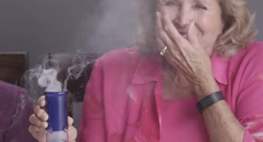Vovós fumam maconha pela 1ª vez e viram sucesso na internet