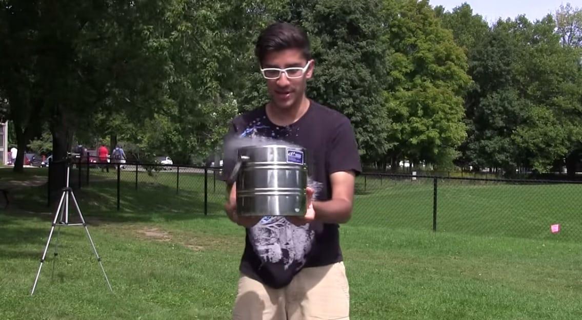 Químico maluco faz desafio do balde com nitrogênio líquido [Vídeo]