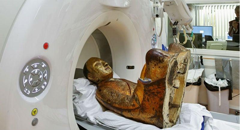 Cientistas descobrem esqueleto de monge dentro de estátua milenar