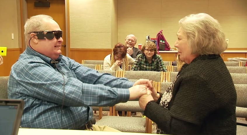 Cego se emociona ao rever a esposa depois de 10 anos [vídeo]