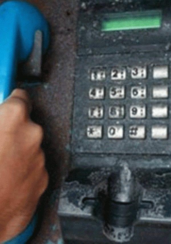 De quem é a voz das mensagens de chamadas a cobrar?