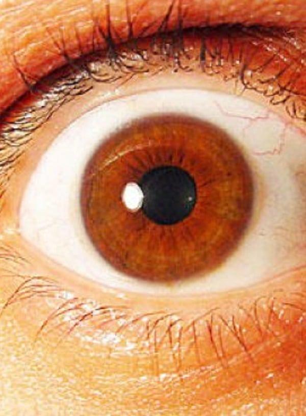 Olhar nos olhos de alguém por 10 minutos causa alucinações