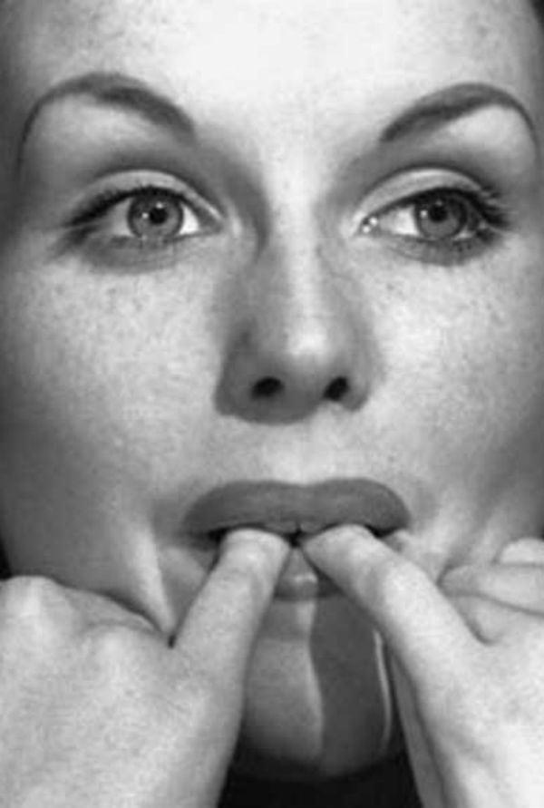 Aprenda a assobiar com os dedos na boca