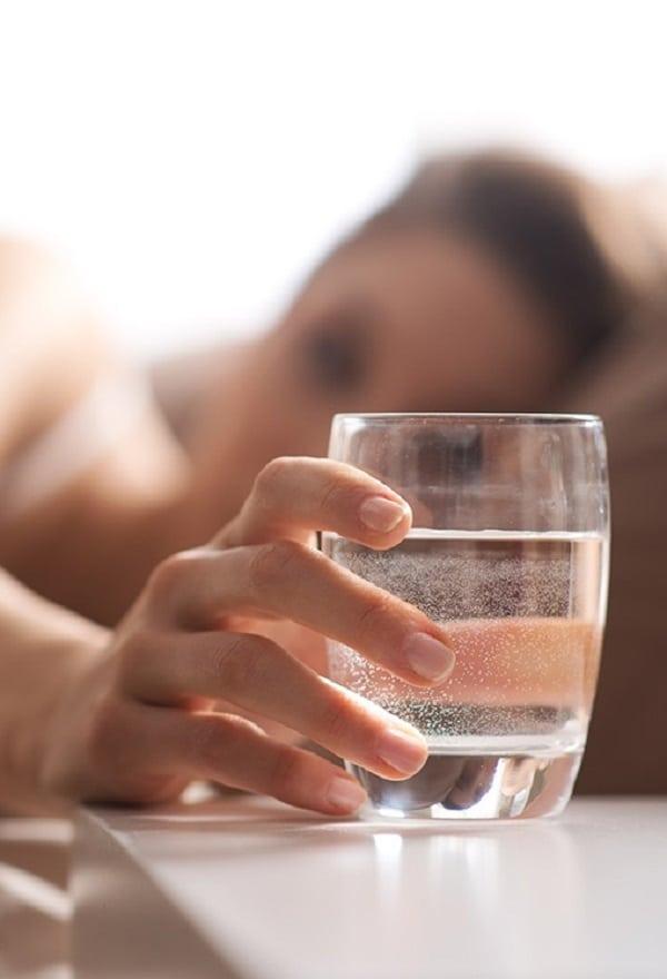 Porque NUNCA beber água amanhecida ao lado da cama