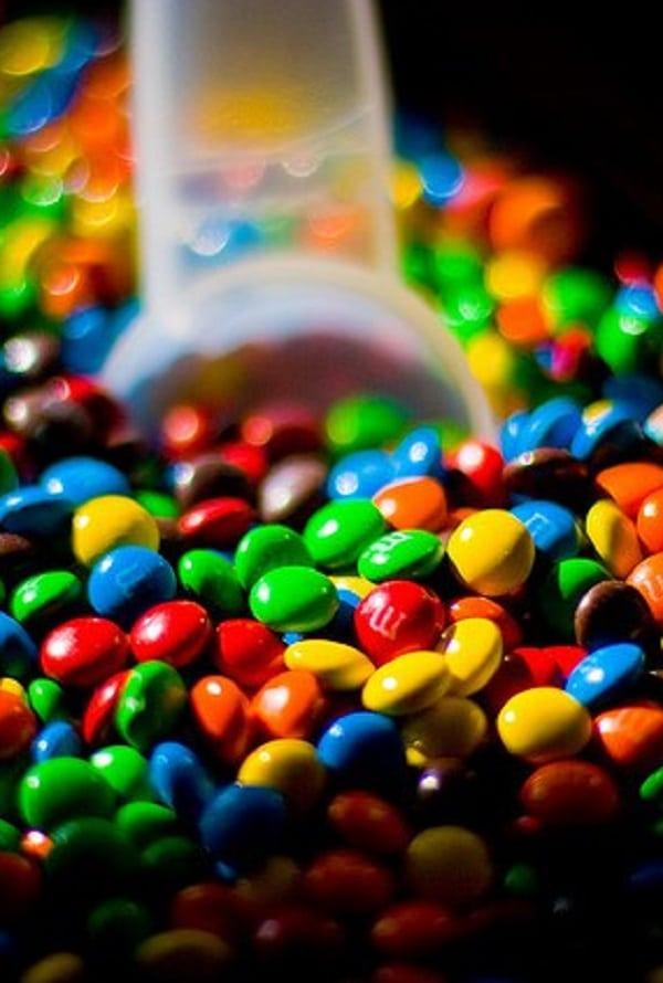 Como os chocolates M&M's são feitos?