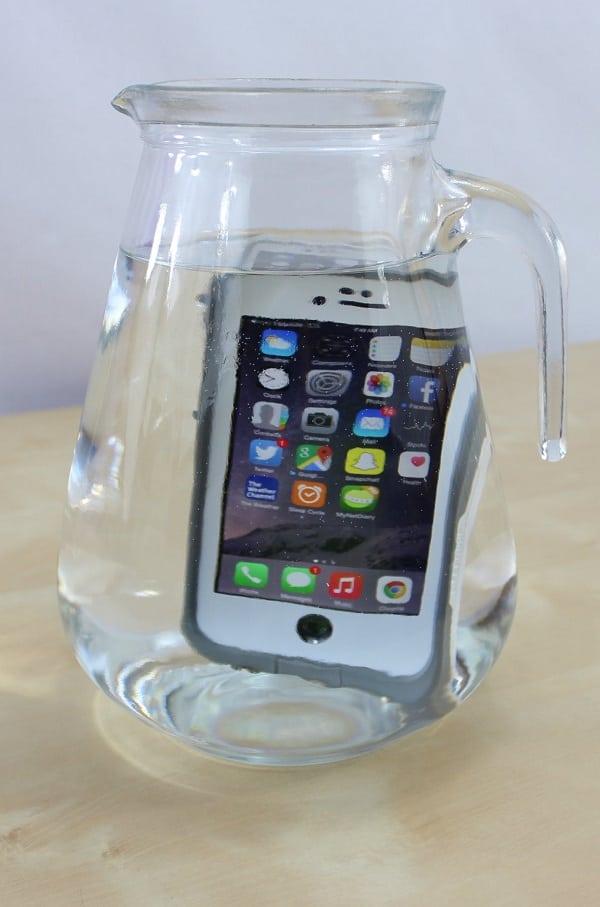 Qual o modelo de iPhone mais resiste à água? Veja o teste
