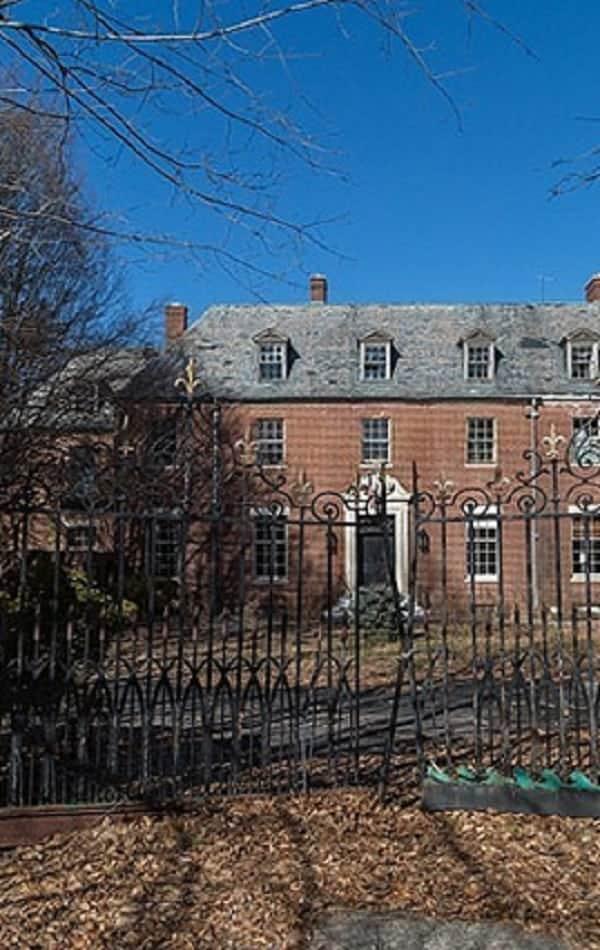 Conheça o interior dessa mansão abandonada há 40 anos