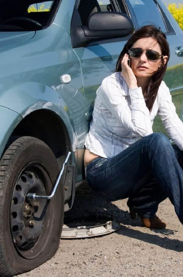Como trocar o pneu furado do carro?