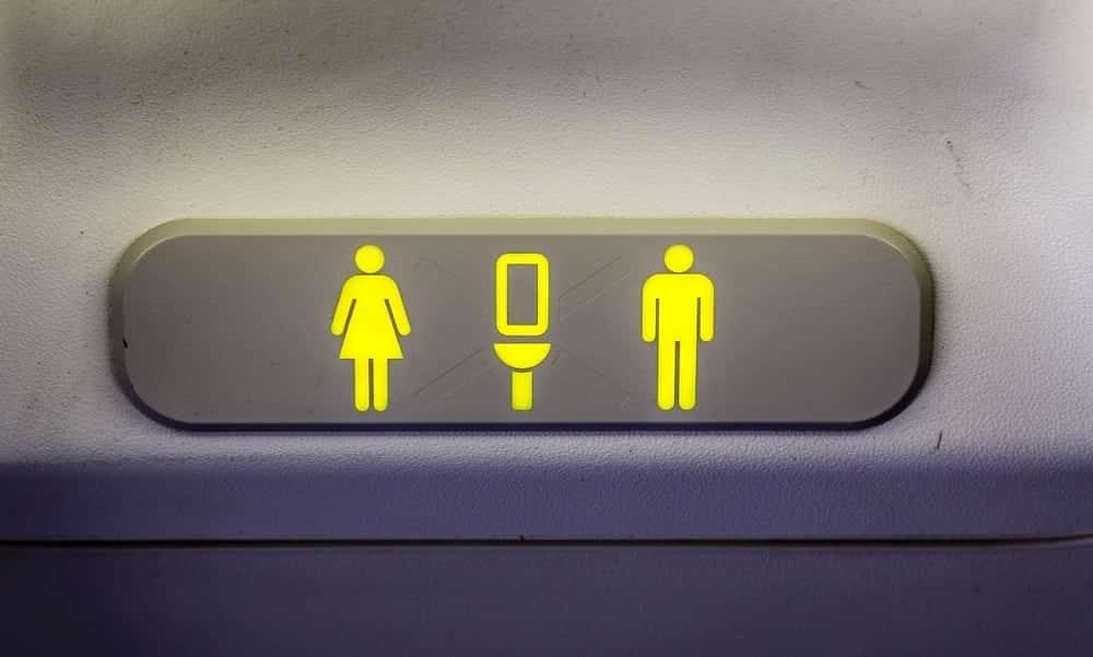 """A """"sujeira"""" dos banheiros dos aviões fica armazenada em um lugar que você nem imagina!"""