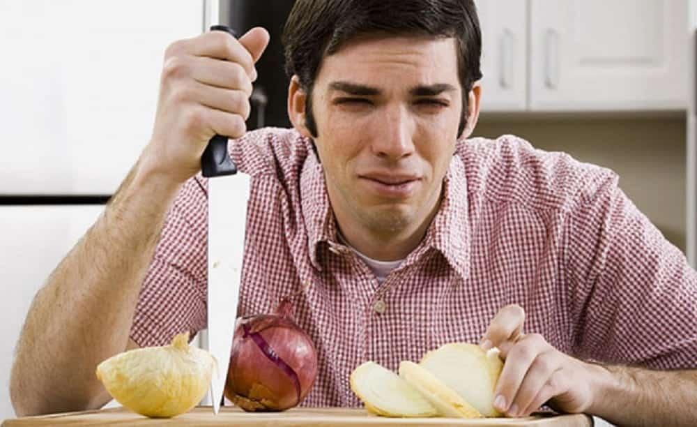 Este é o único truque que realmente faz você cortar cebola sem chorar