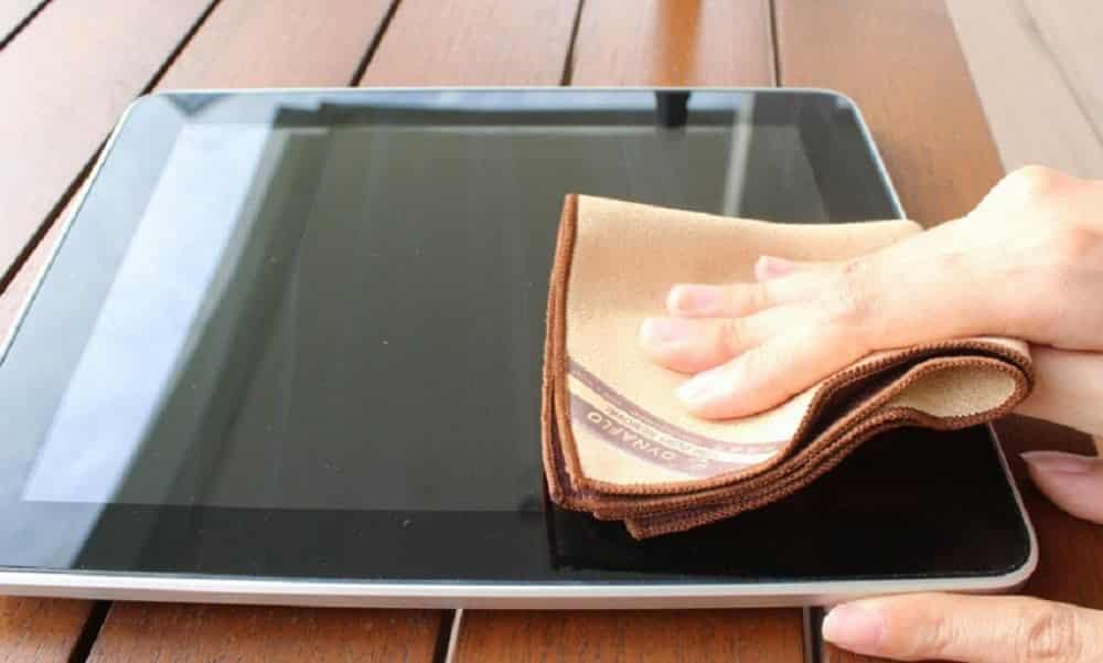 Descubra como tirar riscos de telas de eletrônicos em casa