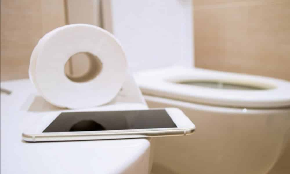 Se você deixa o celular no banheiro na hora do banho precisa PARAR com isso
