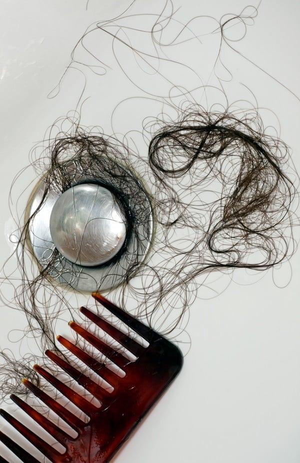 5 alimentos que estão fazendo seu cabelo cair