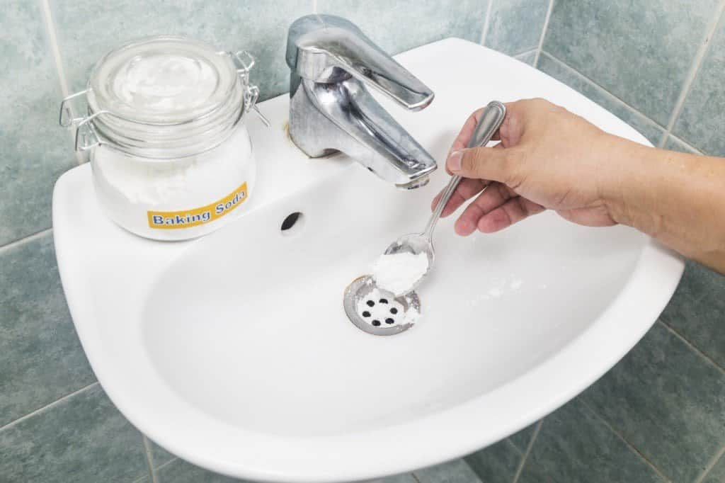mistura para limpar banheiro com bicarbonato