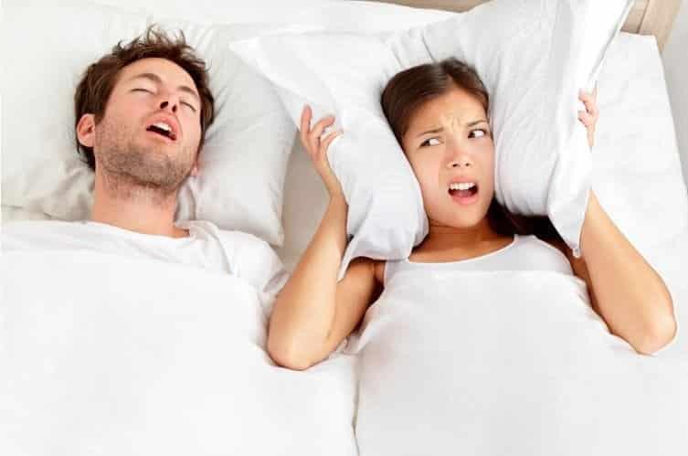 Fotografia de um casal dormindo