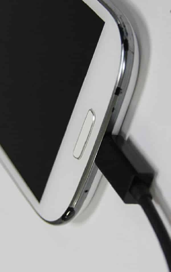 O que acontece se carregar o celular com carregador de outro aparelho?