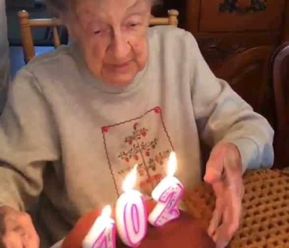 Vovó cospe dentadura ao assoprar vela do bolo de seu aniversário