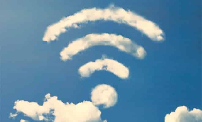 Fotografia de um sinal de wifi no céu