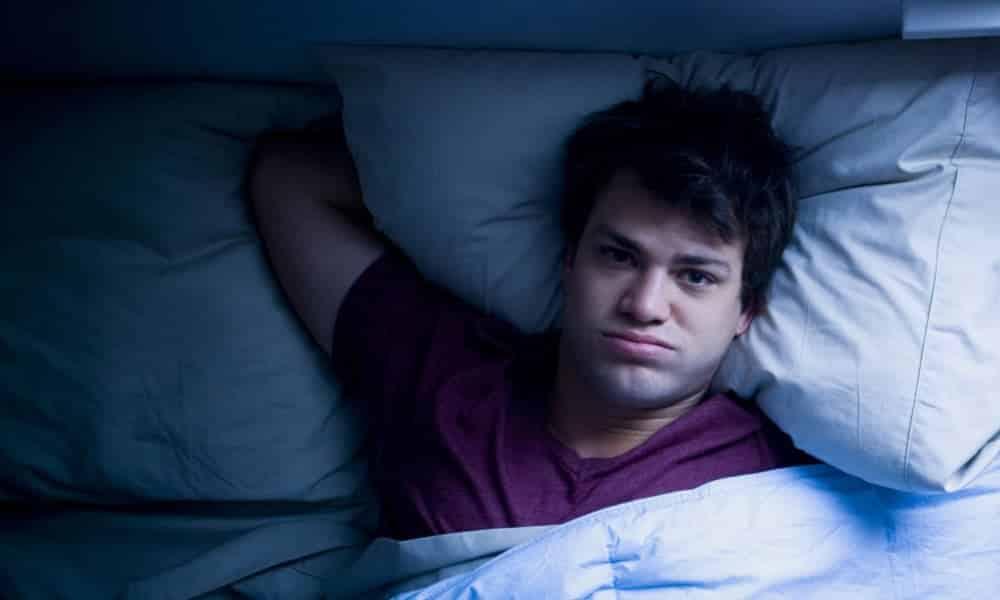 Por que não dormir em nossa cama nos faz dormir mal?