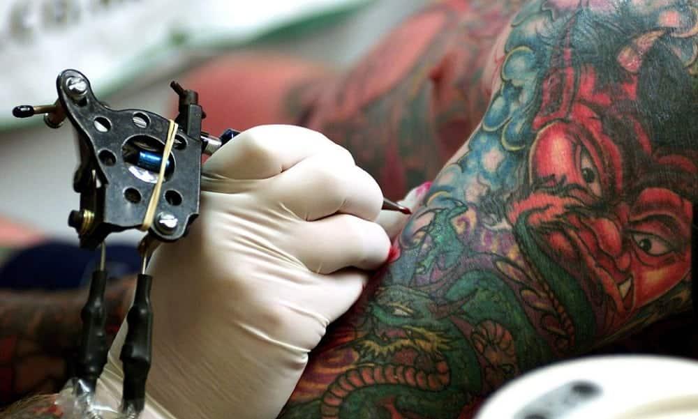 Como fica a pele tatuada por dentro, aumentada 400 vezes no microscópio