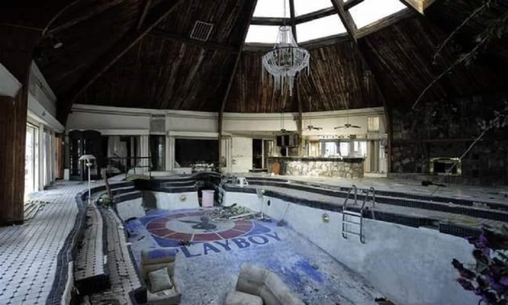 Veja o que restou do que foi a luxuosa mansão Playboy