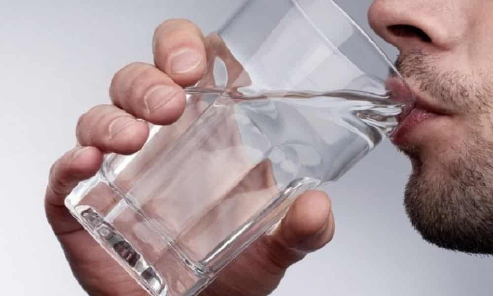 Beber água antes das refeições ajuda a emagrecer, diz estudo
