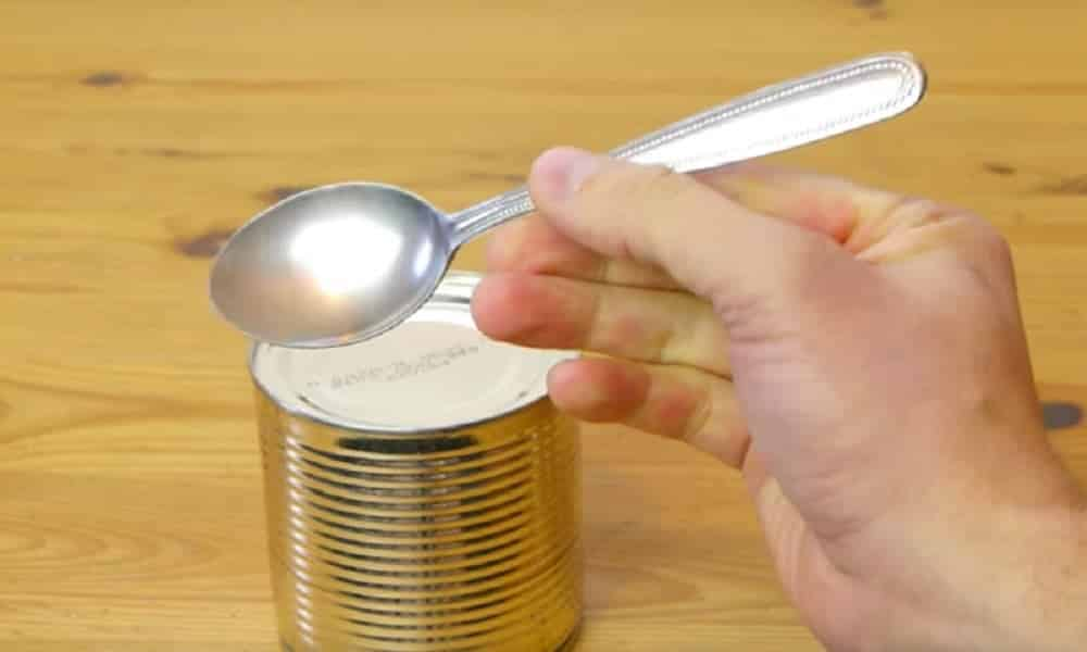 Descubra como abrir latas usando uma colher