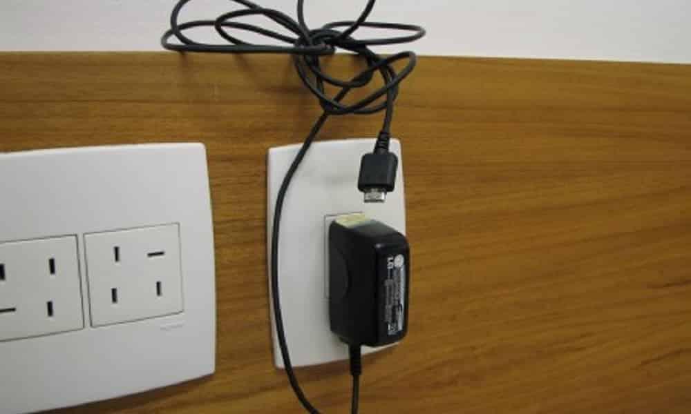 Deixar o carregador do celular na tomada, sem o aparelho, estraga?