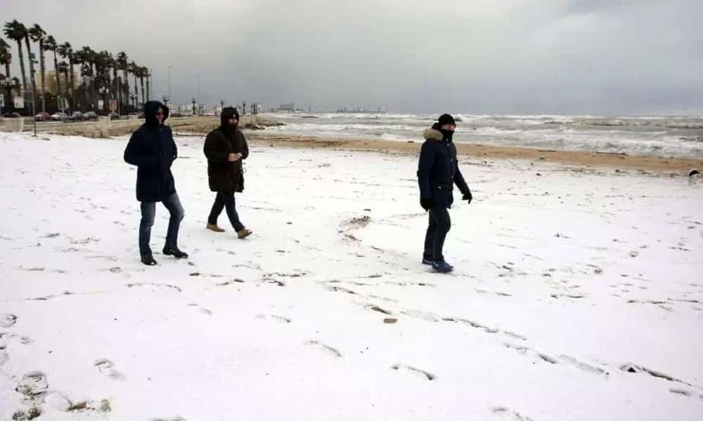 Profecia do fim do mundo, de 500 anos, se cumpre e neva no litoral mediterrâneo por 2 dias
