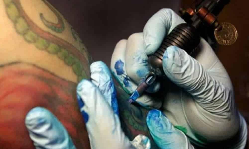 Tinta de tatuagem pode causar câncer, diz estudo