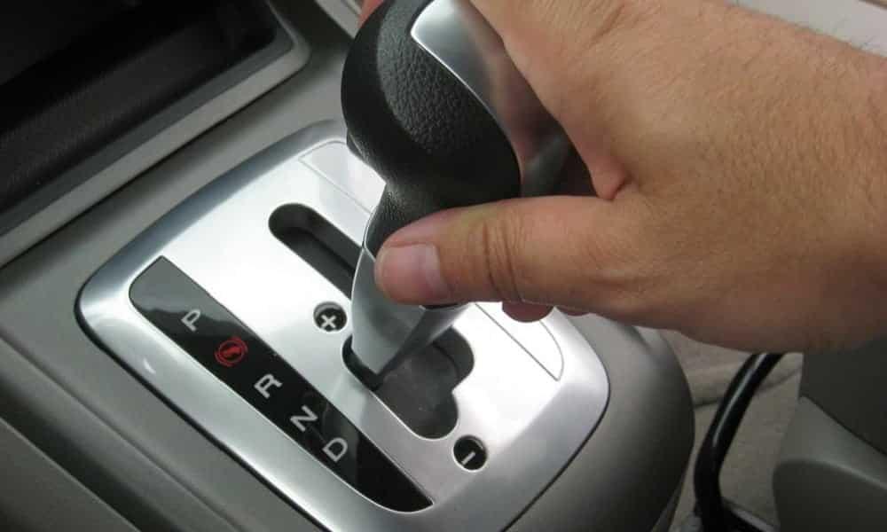 O que acontece se você engatar a ré com o carro em movimento?