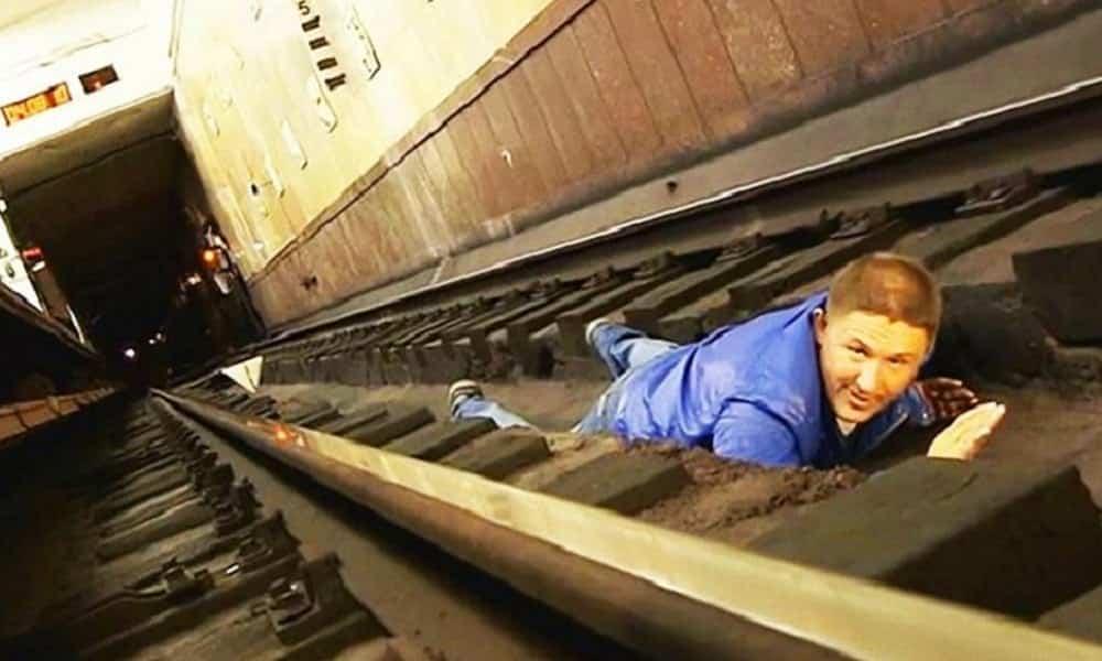 O que você deve fazer se você cair no trilho do metrô?