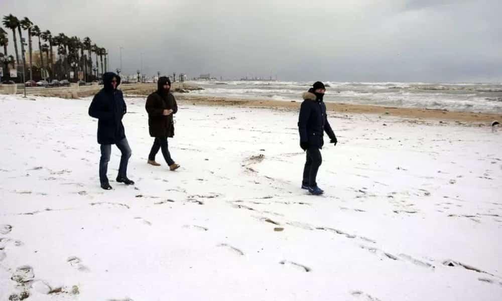 Profecia do fim do mundo se cumpre e neva no litoral mediterrâneo