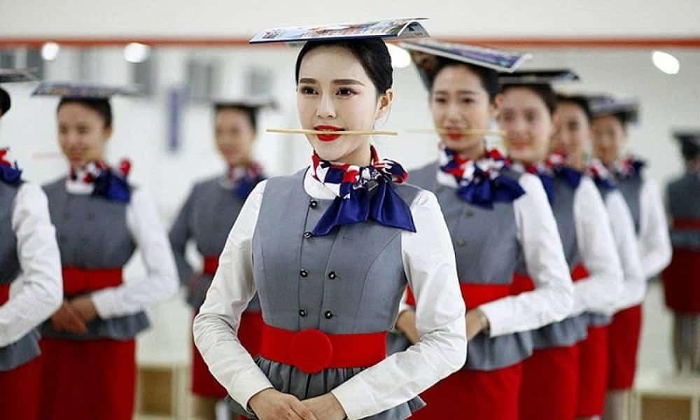 Treinamento de aeromoças chinesas é de deixar os cabelos em pé!