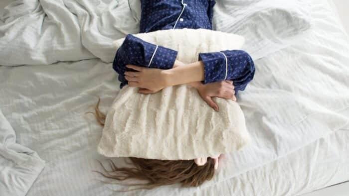 Vontade de ficar na cama o tempo todo pode ser doença rara