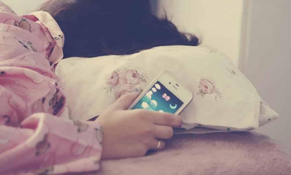 Porque você JAMAIS deveria dormir com o celular na cama