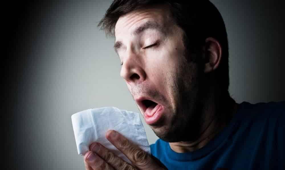 Aprenda como evitar um espirro da maneira correta