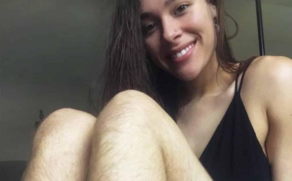 Blogueira fitness fica sem se depilar por um ano. Veja o resultado