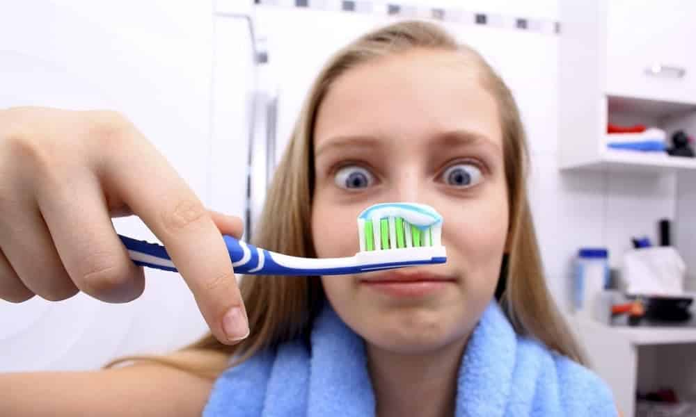 7 coisas nojentas que vivem em sua escova de dente