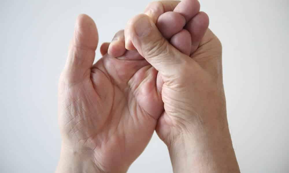 Formigamento nas mãos pode ser inofensivo ou um sinal de doenças graves