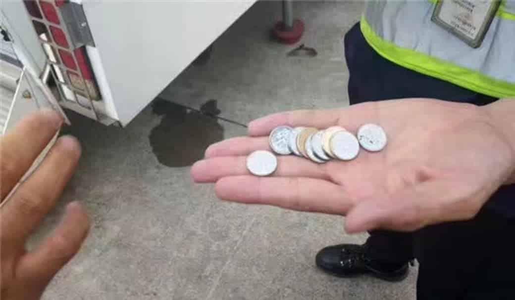 Idosa joga moedas em turbina de avião para dar