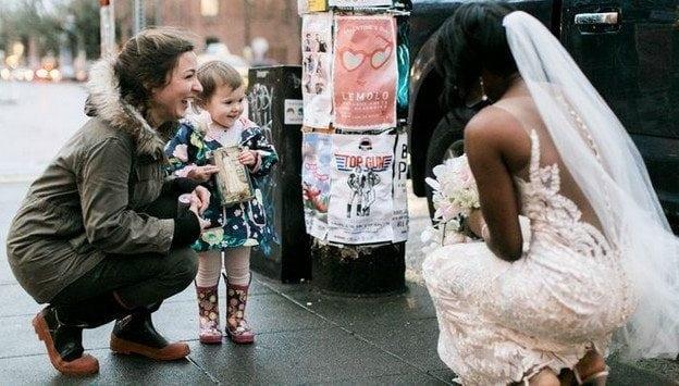 Esta garotinha confundiu uma noiva com uma princesa e emocionou a todos
