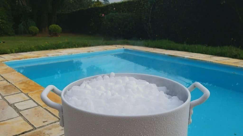 O que acontece quando jogamos gelo seco em uma piscina cheia d'água?