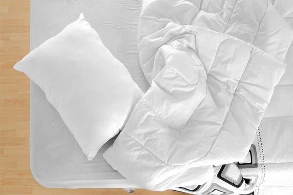 Com que frequência você deve lavar os lençóis, de acordo com um especialista