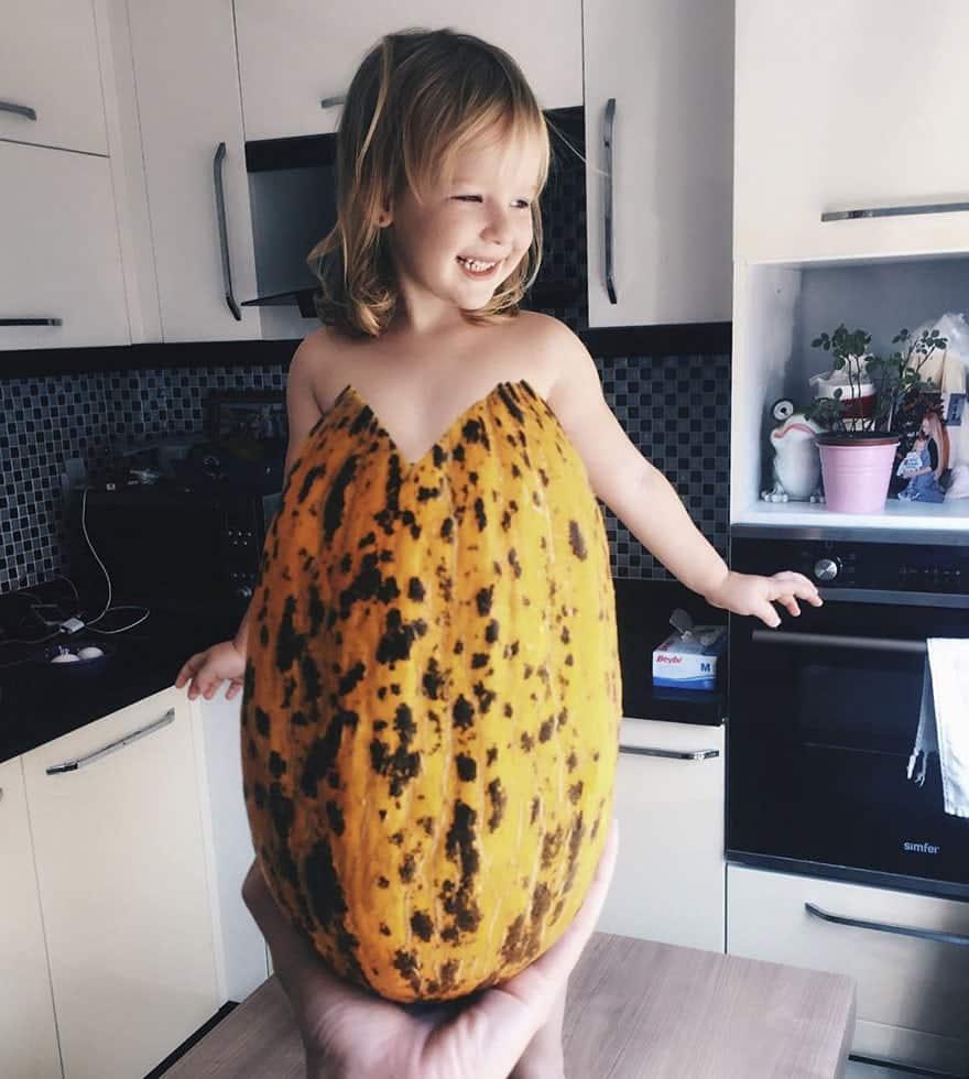 mae-filha-fotos-vestir-vegetais-frutas-perspectiva-fofo24