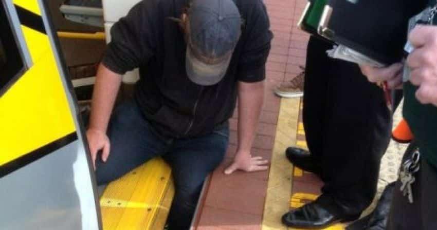 Homem fica preso na plataforma de trem e o que acontece em seguida é surpreendente