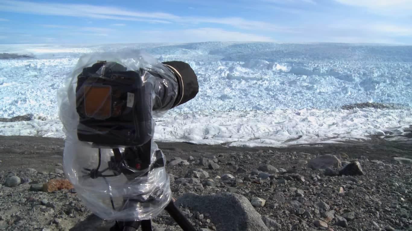Homem aponta a câmera para o gelo e o que ele captura é inimaginável