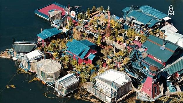 Casal constrói ilha flutuante por 25 anos para viver isolado do mundo