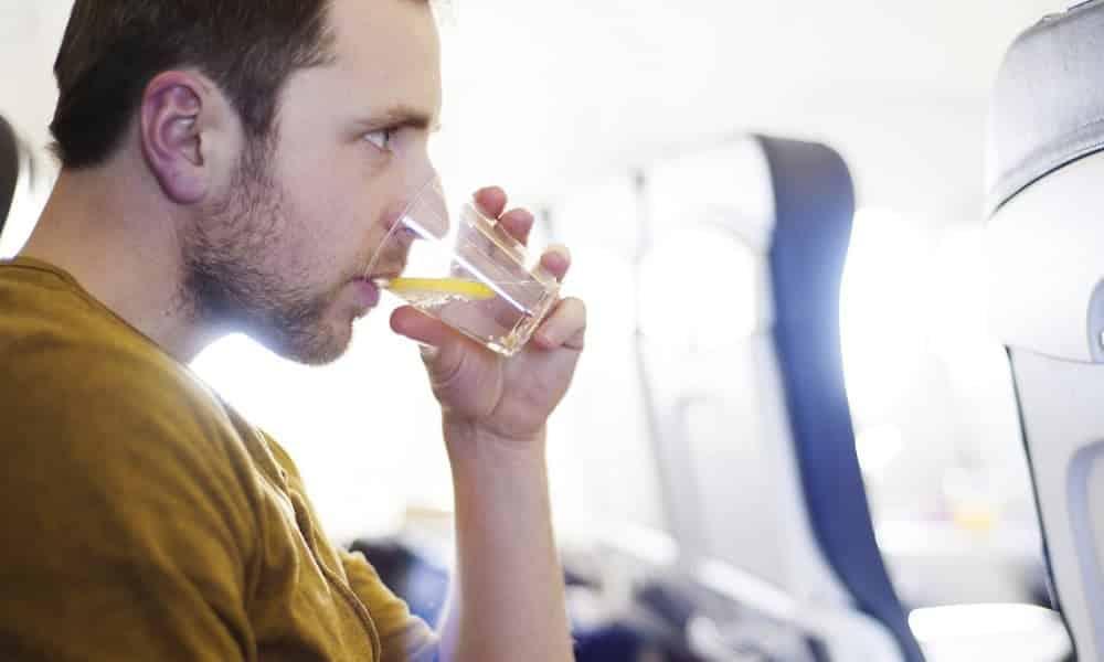 Você nunca deveria beber água no avião, segundo os próprios comissários de bordo