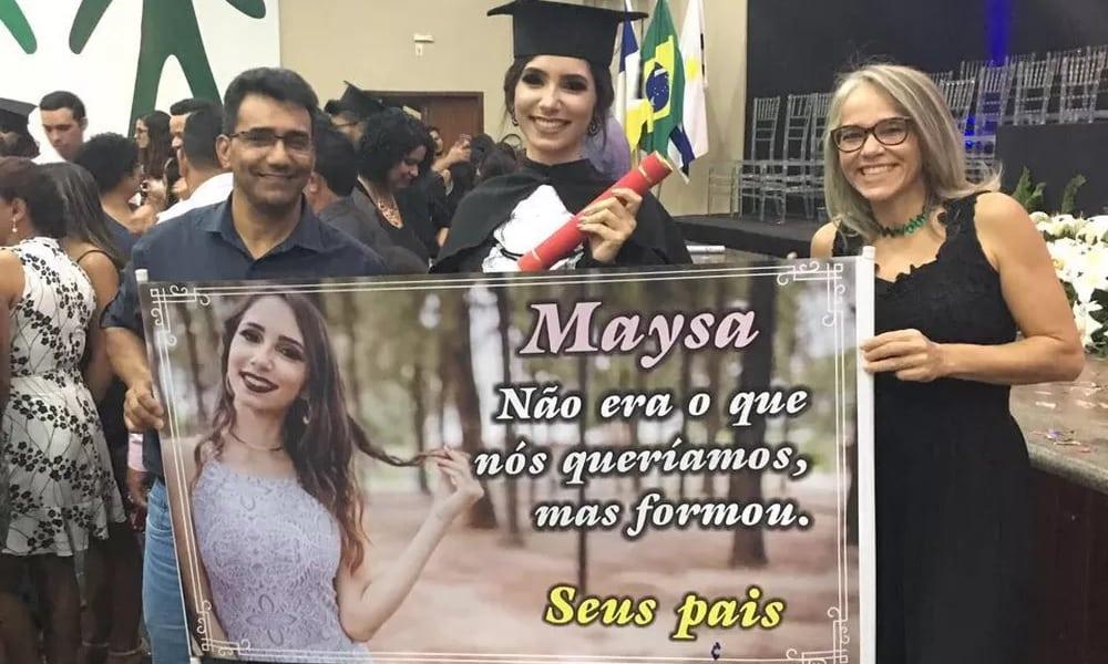 Pais levam faixa a formatura da filha e mensagem sincerona viraliza
